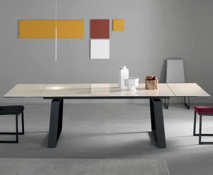 Mango dining table from Compar