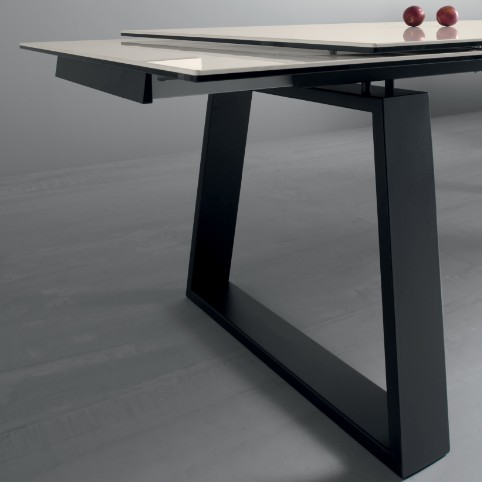 Mango, dining table from Compar