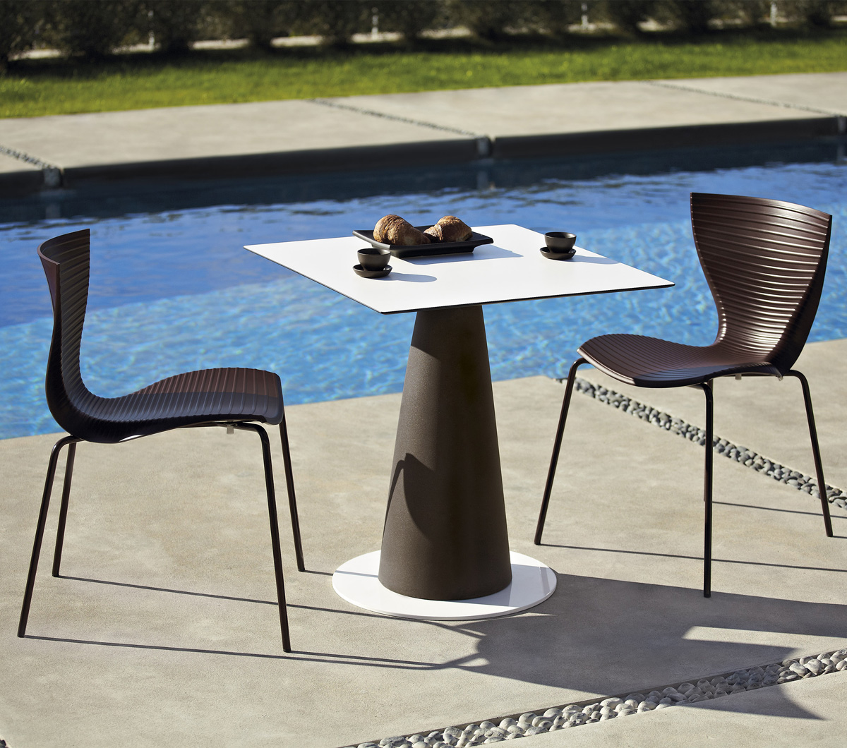 Hopla Square bar table from Slide