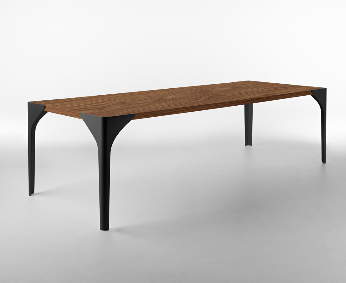 Canard dining table from Horm
